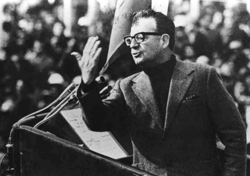 Former Chilean President Salvador Allende delivers a speech in this undated file picture from 1973. Local media reported on Janaury 27, 2011 that a minister of the Chilean justice said on that it will investigate the death of Allende during the military coup d'etat led by former dictator General Augusto Pinochet 37 years ago, on September 11, 1973. Allende allegedly killed himself in his office at the Government Palace after having delivered his last speech to the country.  REUTERS/Stringer/Files (CHILE - Tags: POLITICS CIVIL UNREST)